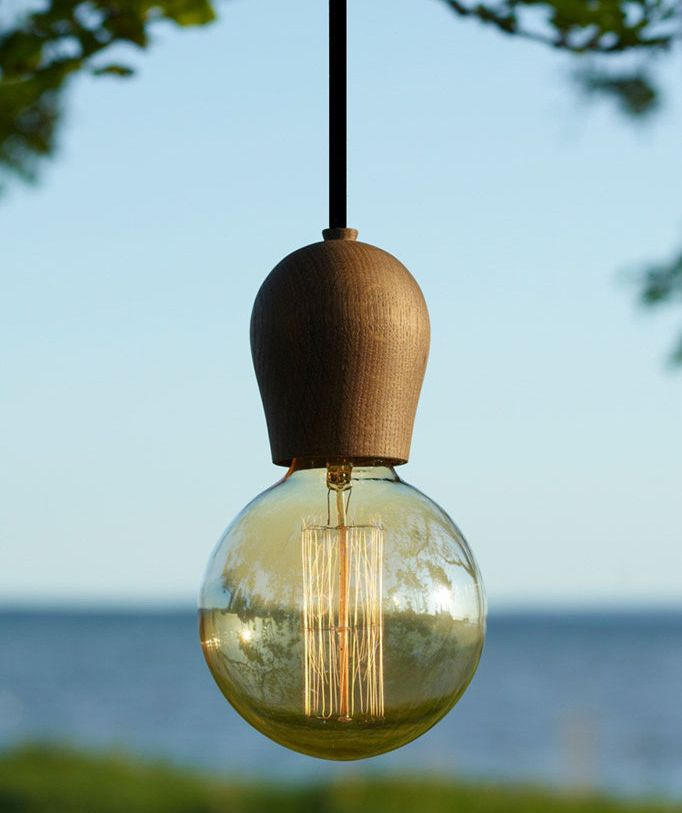 Drevené závesné svietidlá sú veľmi módne v súčasnej dobe. Sú vhodné ako dekorácia k jedálenských stolom a pultom v kuchyni alebo v spálni, nad nočnými stolíkmi (1)