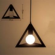 Historické-závesné-svietidlo-Trojuholník-v-čiernej-farbe-na-žiarovky-typu-E27-je-svietidlo-určené-na-stenu-v-historickom-vzhľade