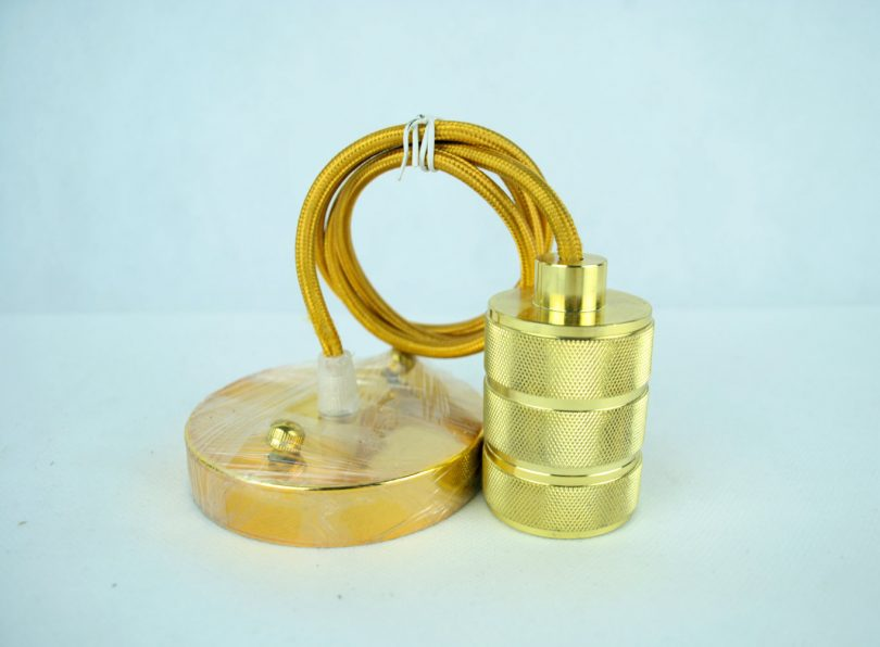 Závesný kovový luster v retro dizajne v zlatej farbe