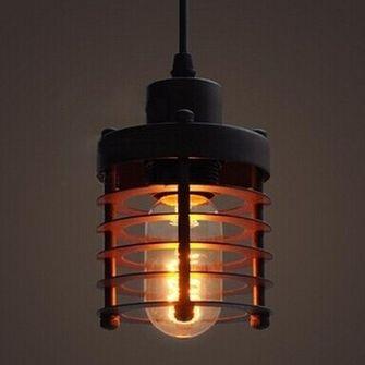 Historické-závesné-svietidlo-Prstenec-v-čiernej-farbe-je-svietidlo-inšpirované-industriálnymi-prvkami-kovové-pletivo-vytvára-temné-náladové-prostredie.-11