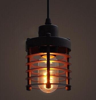Historické-závesné-svietidlo-Prstenec-v-čiernej-farbe-je-svietidlo-inšpirované-industriálnymi-prvkami-kovové-pletivo-vytvára-temné-náladové-prostredie.-1