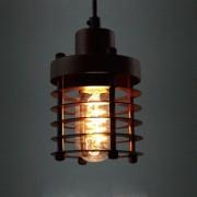 Historické-závesné-svietidlo-Prstenec-v-čiernej-farbe-je-svietidlo-inšpirované-industriálnymi-prvkami-kovové-pletivo-vytvára-temné-náladové-prostredie.-2