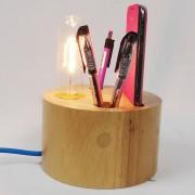 Kreatívna stolová lampa s priečinkami vyrobená z dreva. Táto stolová lampa je vyrobená ručne z kvalitného dreva.
