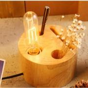 Kreatívna stolová lampa s priečinkami vyrobená z dreva.