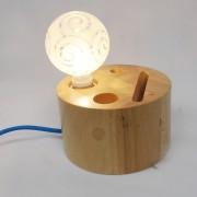 Kreatívna stolová lampa s priečinkami vyrobená z dreva