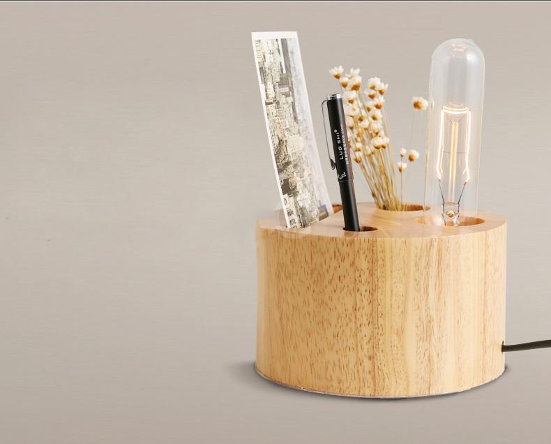Táto stolová lampa slúži ako osvetelenie a zároveň ako odkladač na perá a poznámky