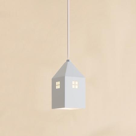 Detské závesné svietidlo v štýle mini domčeka v bielej farbe