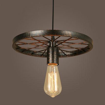 Historické závesné svietidlo Koleso v priemyselnom štýle, jedna pätica kombinuje svoju historickú podstatu s dnešným zmyslom pre estetiku a kvalitu.