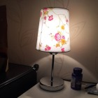 Moderná stolová lampa s tienidlom s ružami a stmievačom (1)