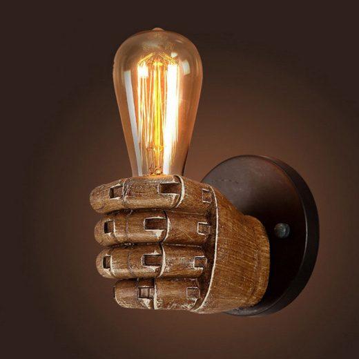Historická nástenná lampa v tvare ruky na žiarovky typu E27