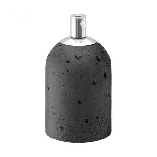 Handmade betónová objímka E27 v tmavo šedej farbe.